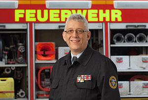 Thomas Schmidt von der Freiwilligen Feuerwehr Merenberg ist Vorsitzender des Kreisfeuerwehrverbands Limburg-Weilburg. Dieser ist die größte Hilfeleistungsorganisation des Landkreises und vertritt mehr als 100 Feuerwehren mit etwa 2700 aktiven Feuerwehrangehörigen.